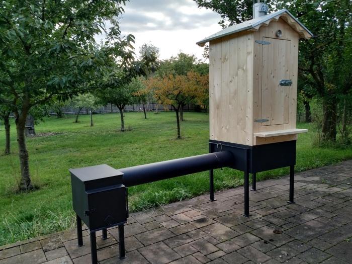 domácí dřevěný udírna